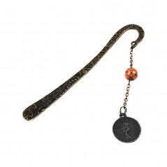 metalowa zakładka o oryginalnym kształcie z zawieszką