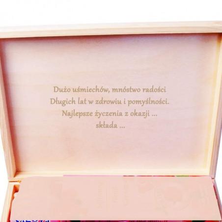 Przykładowy widok wygrawerowanych życzeń na wieku pudełka